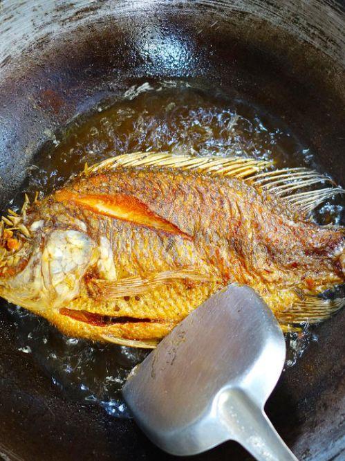 tips agar menggoreng ikan tidak meletus dan hancur tapi kering renyah